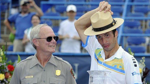 Radek Štěpánek pózuje se šerifským kloboukem po vítězství ve Washingtonu.
