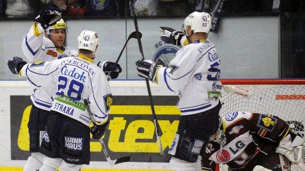 Hokejisté Plzně oslavují gól vstřelený Spartě.