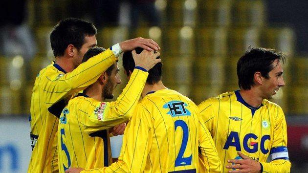Fotbalisté Teplic oslavují vítězství .