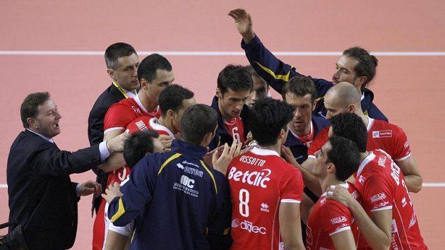Volejbalisté italského Trentina oslavují vítězství v klubovém mistrovství světa.