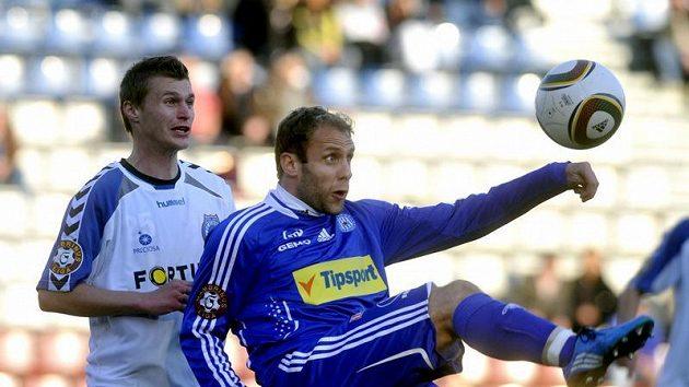 Olomoucký Michal Hubník (vpravo) odkopává míč před Michalem Zemanem z Liberce.
