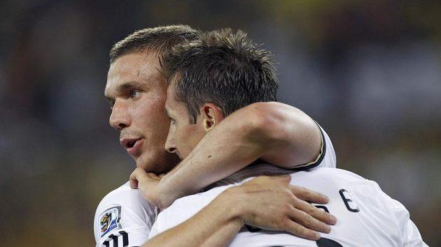 Němečtí střelci gólů do australské sítě Miroslav Klose (vpravo) a Lukas Podolski se radují.