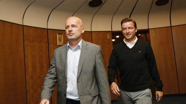 Michal Bílek (vlevo) a Vladimír Šmicer vyrážejí do Polska.