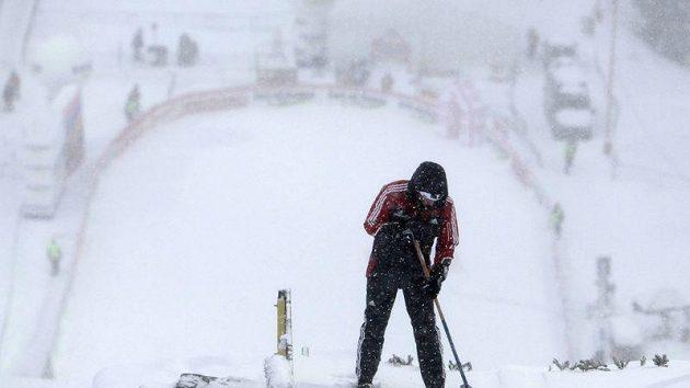 Organizátoři SP ve skocích na lyžích v Harrachově marně bojují s nepřízní počasí.