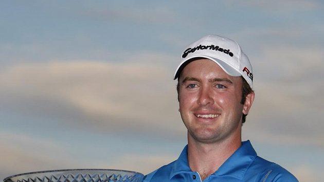 Skotský golfista Martin Laird s trofejí pro vítěze turnaje v Las Vegas