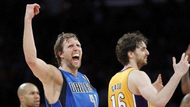 Dirk Nowitzki z Dallasu (vlevo) se raduje během zápasu s LA Lakers.