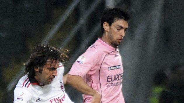 Javier Pastore z Palerma (vpravo) bojuje o míč s Andreou Pirlo z AC Milán.