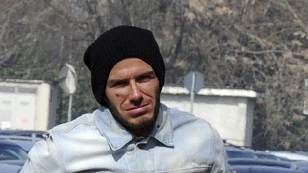 Anglický fotbalista David Beckham po operaci achillovek ve finském Turku odjíždí na letiště.