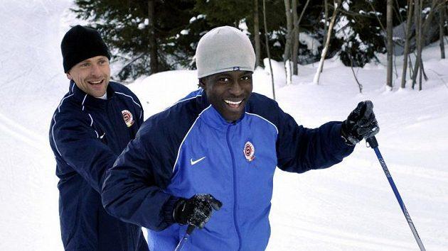Trenér fotbalové Sparty Martin Hašek učí lyžovat Afričana Bonyho Wilfrieda.