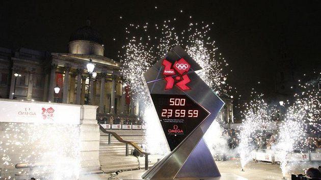 Hodiny na Trafalgar Square, které odpočítávají čas do začátku olympijských her v Londýně.