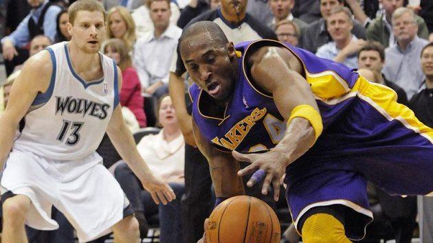 Kobe Bryant z LA Lakers (vpravo) získává odražený míč v duelu s Minnesotou.