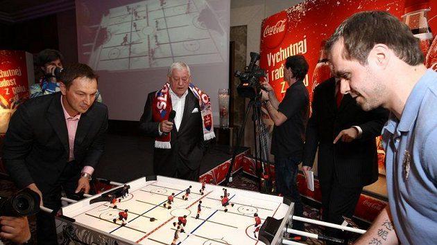 Hokejová legenda Jozef Golonka. (zcela vzadu)