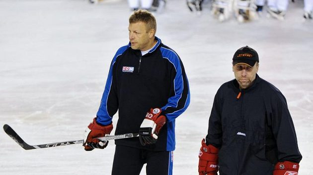 Trenér Miloslav Hořava (vpravo) a Jaroslav Vlasák při tréninku HC Lev v Popradu.