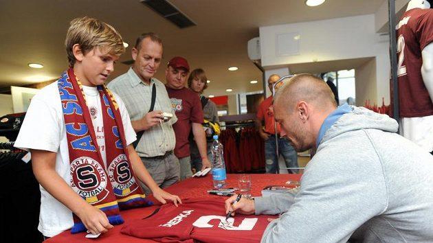 Tomáš Řepka podepisuje fanouškům svůj sparťanský dres s číslem dvě.