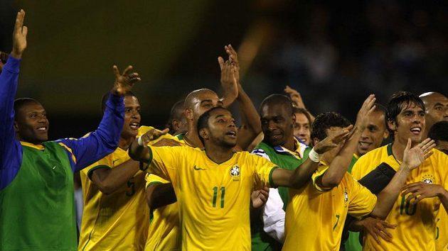 Brazilští fotbalisté se radují z postupu na MS 2010 po výhře v Argentině