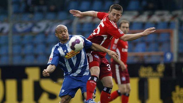 Bochumský Joel Epalle (vlevo) byl u míče dřív než Tunay Torun z Hamburku.