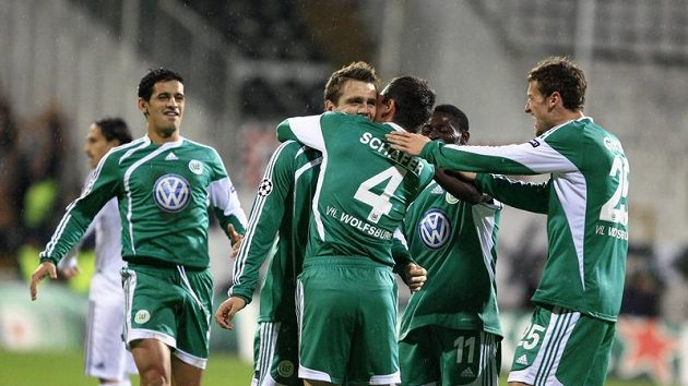 Fotbalisté Wolfsburgu se radují z branky.
