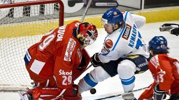 Finský útočník Leo Komarov před brankářem Tomášem Vokounem.
