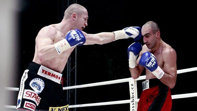 Lukáš Konečný zasazuje úder Arménu Petrosjanovi při obhajobě evropského titulu.