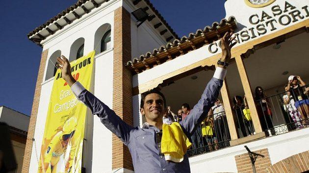 Vítěz Tour de France Alberto Contador zdraví s fanoušky ve svém rodišti nedaleko Madridu.