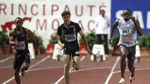 Jamajský sprinter Usain Bolt (vpravo) vyhrál stovku na Diamantové lize v Monaku, vítězství si ale zajistil až v posledních metrech závodu.