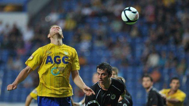 Teplický Štěpán Vachoušek (vlevo) odhlavičkovává míč v duelu s Hradcem Králové.