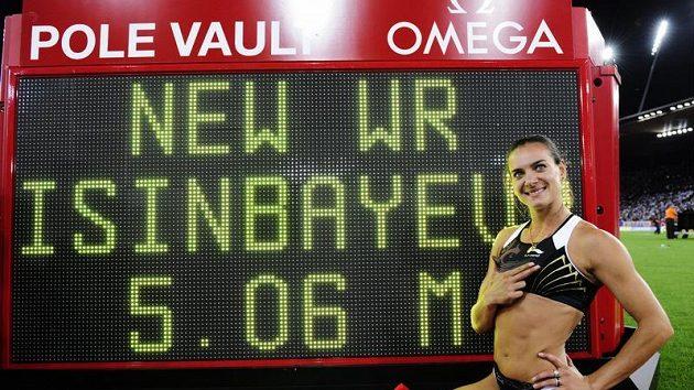Ruská tyčkařka Jelena Isinbajevová pózuje před cedulí se svým novým světovým maximem 506 centimetrů na atletickém mítinku v Curychu.