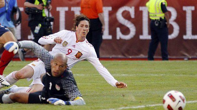Španělský útočník Fernando Torres překonává gólmana USA Tima Howarda. Na další góly však zatím čeká.