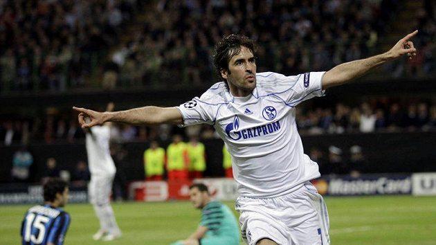 Raúl Gonzalez se v dresu Schalke raduje z branky. Přestoupí nakonec do Blackburnu?