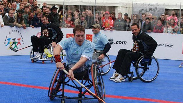 Hráči NHL hráli street hokej s výběrem Jedličkova ústavu.
