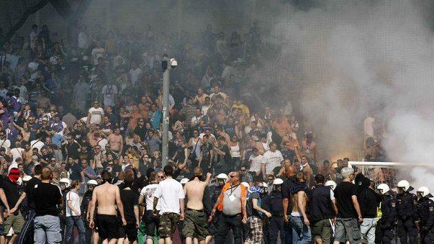 Vídeňské derby mezi Rapidem a Austrií se kvůli řádění fanoušků nedohrálo.