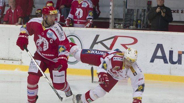 Útočník Slavie Marek Tomica padá po souboji s Radkem Bonkem z Třince.