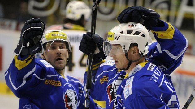 Plzeňský útočník Pavel Vostřák (vpravo) přijímá gratulace od spoluhráče Tomáše Vlasáka.