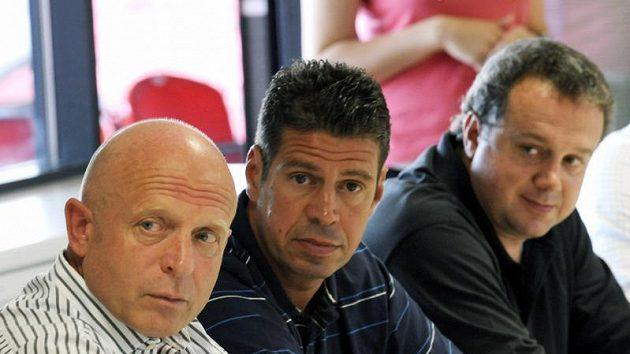 Bývalý trenér Slavie Praha Karel Jarolím (vlevo), generální ředitel klubu Petr Doležal (uprostřed) a předseda představenstva Tomáš Rosen