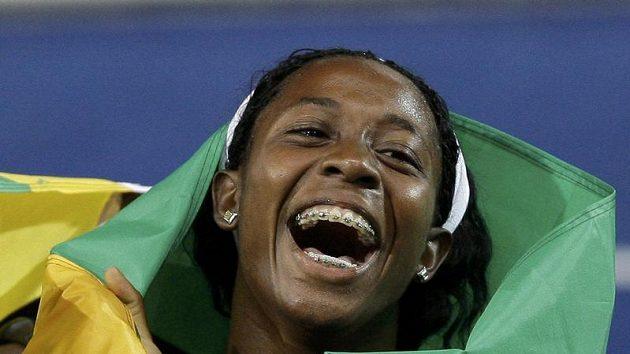 Jamajská sprinterka Shelly-Ann Fraserová se raduje z vítězství na trati 100 metrů na MS v Berlíně.