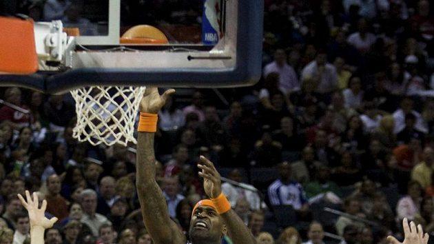 Stephen Jackson z Charlotte střílí koš v zápase s Clevelandem