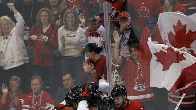 Kanadští hokejisté se radují z první branky proti Slovensku.