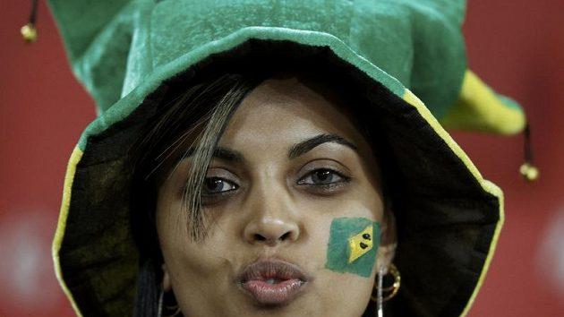 Brazilská fanynka se nestačí divit, co všechno se může v hledišti stát...