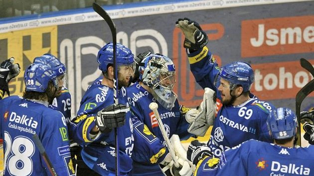 Hráči Vítkovic se radují z vítězství.
