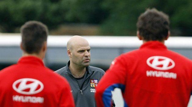 Trenér reprezentace do 21 let Jakub Dovalil udílí pokyny svým svěřencům.