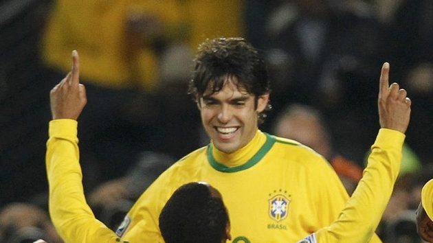 Robinho oslavuje spolu s Kaká gól, kterým potvrdil postup Brazílie přes Chile.