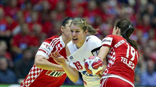 Dánská házenkářka Line Jorgensenová mezi dvojicí hráček z Chorvatska