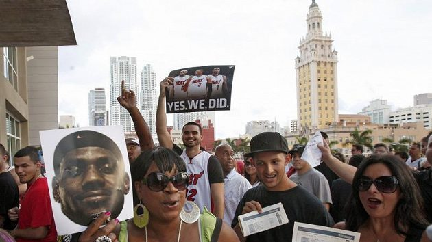 Fanoušci LeBrona Jamese zaplavili ulice Miami.