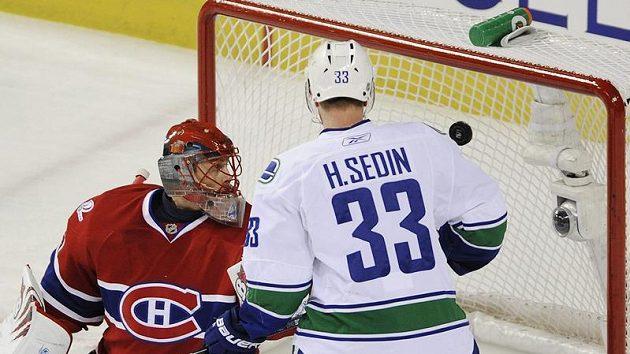 Henrik Sedin střílí gól Jaroslavu Halákovi z Montrealu.