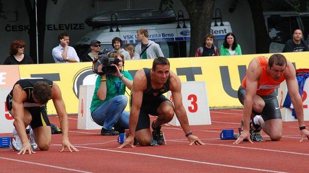 Roman Šebrle na startu stovky na kladenském stadiónu.