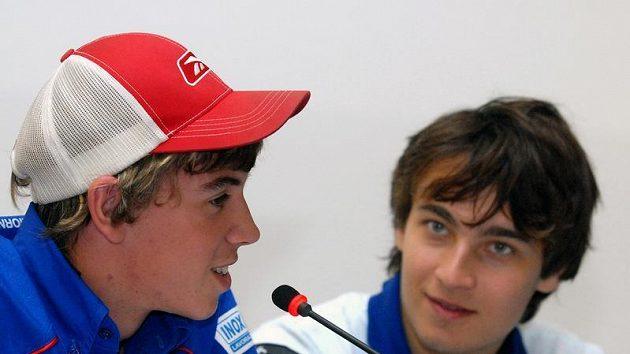 Čeští motocykloví závodníci Lukáš Šembera (vlevo) a Karel Abraham na tiskové konferenci před Velkou cenou České republiky