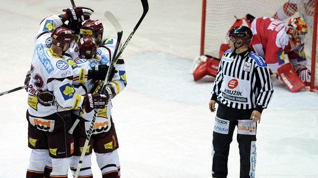 Povede se manažerům hokejovou extraligu uzavřít?
