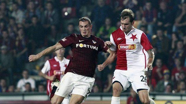 Sparťan Grajciar bojuje o míč se slávistou Cicmanem v pražském derby.
