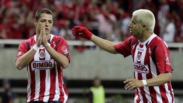 Útočník Chivasu Javier Hernandez se raduje se spoluhráčem Adolfem Bautistou ze svého gólu proti Manchesteru United.