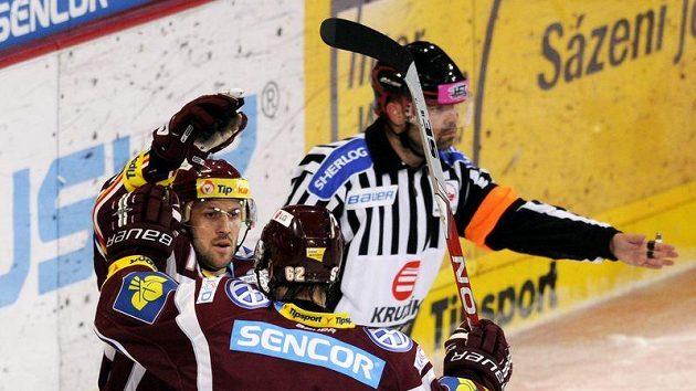 Hokejista Sparty Ivan Rachůnek (vlevo) se raduje z branky s Petrem Tenkrátem.